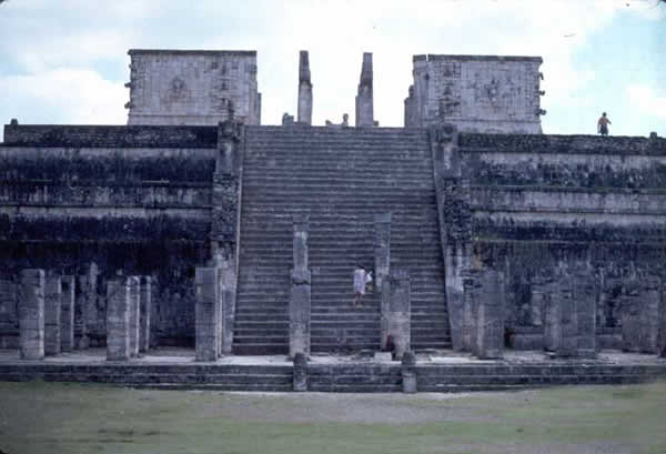 Grand escalier du temple des guerriers à Chichen Itza