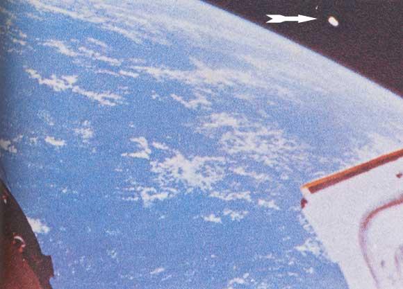 Une photographie prise de la capsule spatiale Gemini XII