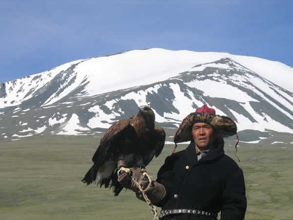 Un Kazakh chasse avec un aigle royal