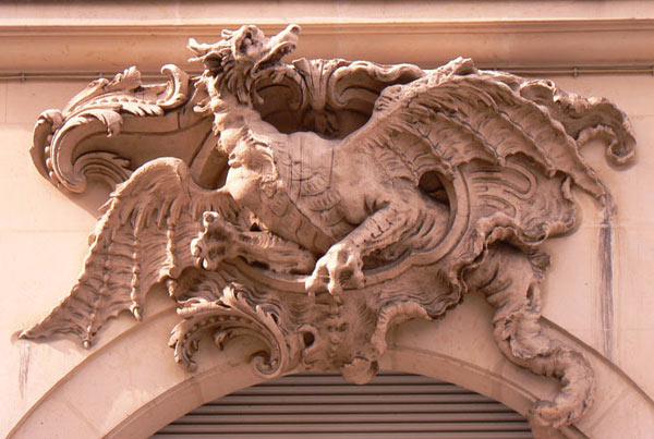 Dragon sur une porte de Paris